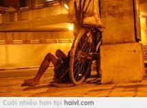 Gió lạnh. Thân già. Áo rách. Ai thương?  Ảnh chụp trên phố Nguyễn Hữu Huân 25/9/2013 at Hà Nội Phố.